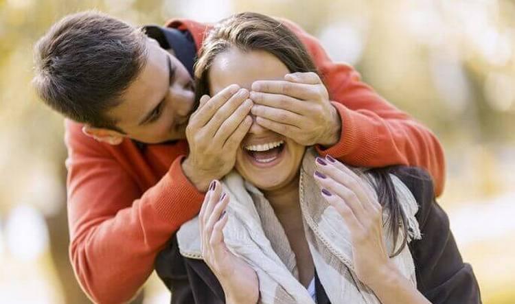 Если представитель этгоо знака на самом деле влюблен, он будет делать девушке приятные сюрпризы, кружит ее вниманием.